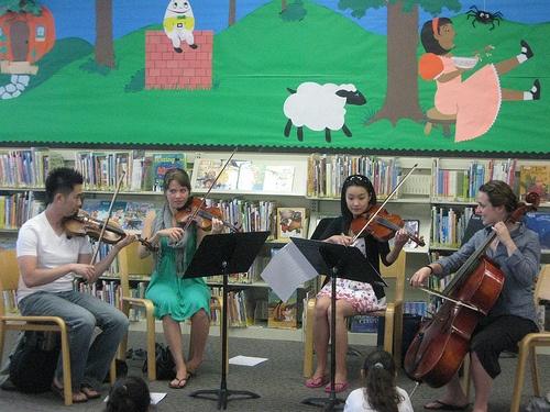 Quartetto in una biblioteca per ragazzi